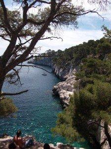 Blaues Wasser und weiße Felsen